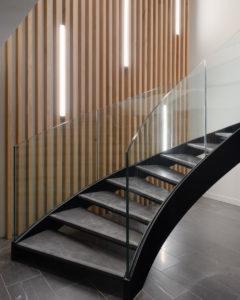 Escalier en pierre avec le garde corps en verre